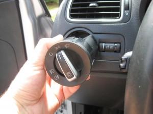 Tryk ind ved 0 og drej med uret til positionslys, så kan kontakten trækkes ud.