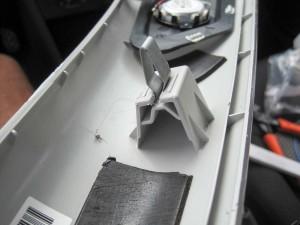 Lidt sekundlim og så var plastikstykket klar til at holde clipsen på plads igen.